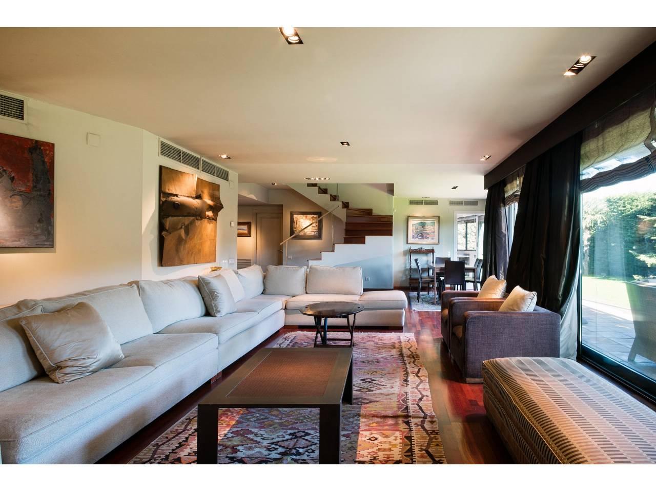 Moderna casa en alquiler de 380m² con jardín en Pedralbes