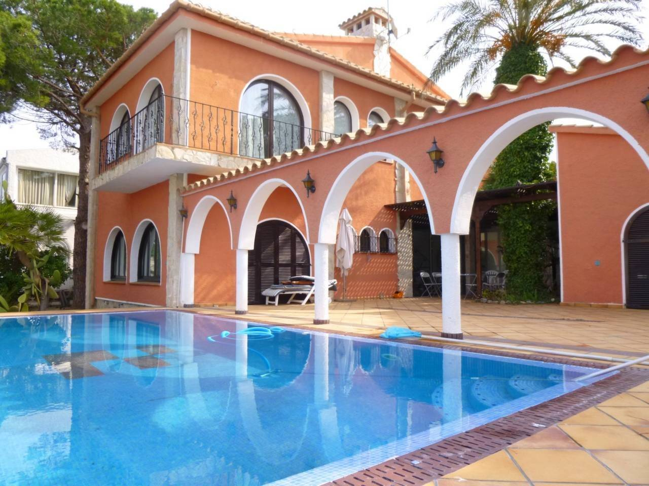 000003 - REQUESENS House at the canal with pool and mooring