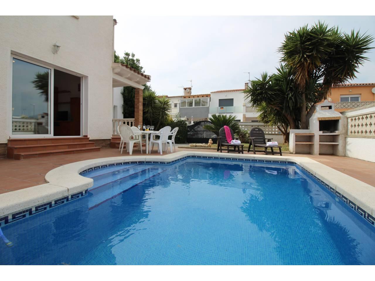 001143 - PUIGMAL Casa en venta con piscina y jardín privados