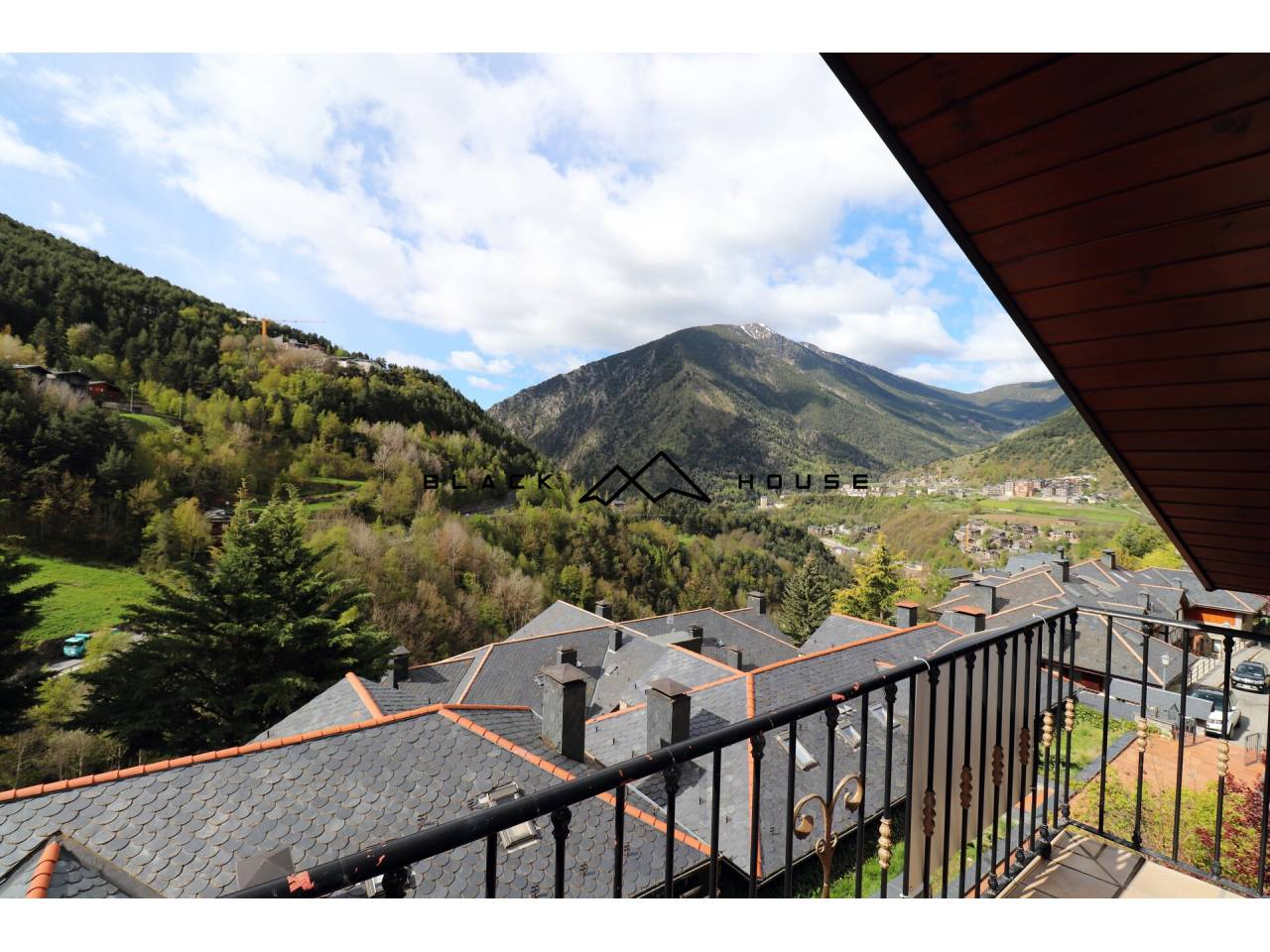 Fantastic very bright penthouse, with incredible views and large garden, located in Anyós.