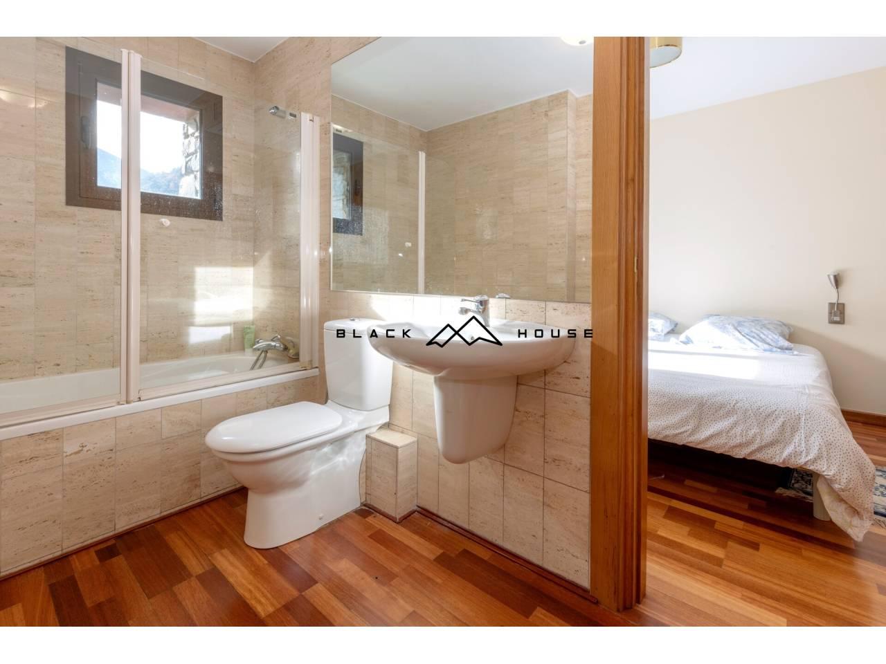 Casa adossada amb vistes espectaculars per a vendre a Escaldes.