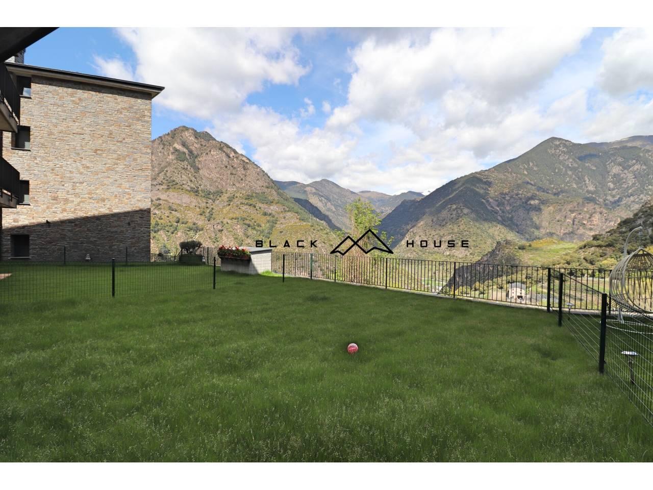 Pis de nova construcció amb gran jardí i molt de sol per a vendre a Sant Julià.