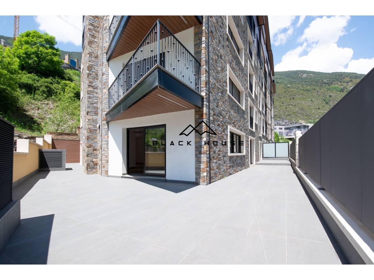 Rez-de-chaussée spectaculaire avec grande terrasse à vendre.