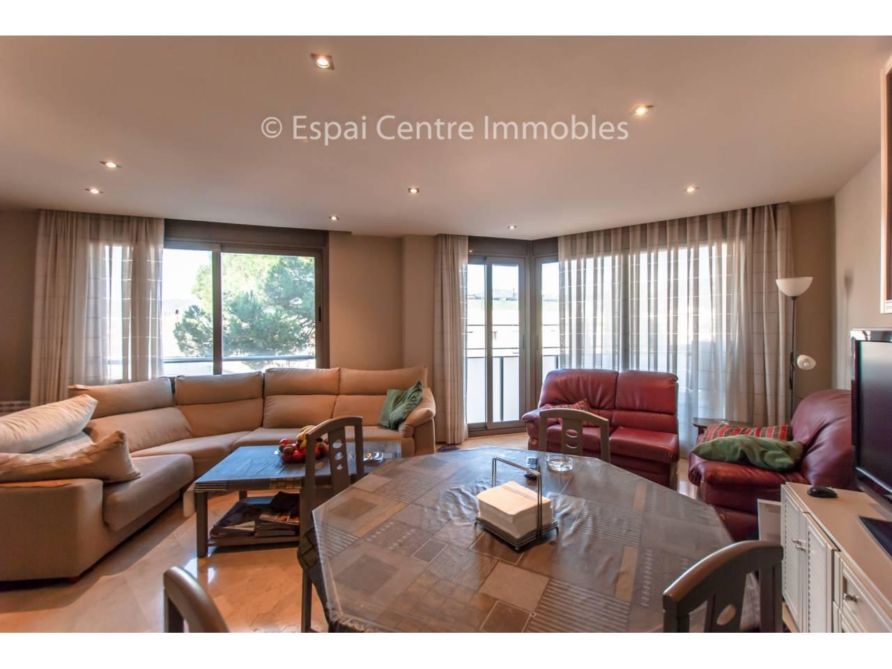 Casa Semi-nueva de 240 m2 con mucha claridad,  Garaje y Terraza